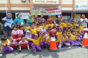 Anak-anak KB-TK Kuncup Sari Jomblang, Semarang, foto bersama seusai pengenalan disiplin berlalu lintas oleh Mapolrestabes Semarang, Jumat (6/12/2019). (Antara-Istimewa)