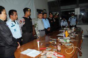 Kepala Divisi Pemasyarakatan Kanwil Kemenkum HAM Jateng Marasidin Siregar (empat dari kiri) menggelar hasil temuan dalam razia di LP Kelas II A Sragen, Sabtu (14/12/2019) dinihari. (Solopos-Tri Rahayu)