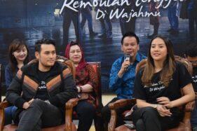 Para pemain, sutradara, dan produser film Rembulan Tenggelam di Wajahmu nonton bareng di DP Mall Semarang, Jateng, Sabtu (7/12/2019). (Antara-Istimewa)