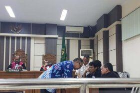 Mantan Direktur RSUD Kraton Kabupaten Pekalongan Teguh Imanto dan Wakil Direktur RSUD Kraton Agus Bambang Suryadana berkonsultasi dengan penasihat hukumnya saat sidang di Pengadilan Tipikor Semarang, Selasa (10/12/2019). (Antara-I.C. Senjaya)