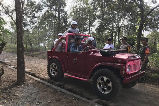 Pengunjung Sakura Hills, Cemoro Kandang, Tawangmangu, Karanganyar, Sabtu (21/12/2019). (Solopos-Candra Mantovani)