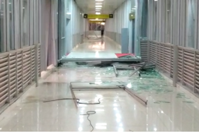 Kaca skybridge di sisi Stasiun Solo Balapan pecah saat terjadi hujan angin di Solo, Selasa (10/12/2019). (Solopos/Ichsan Kholif Rahman)