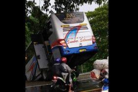 Gagal Nyalip, Bus Sumber Selamat Nyungsep di Parit Saradan Madiun