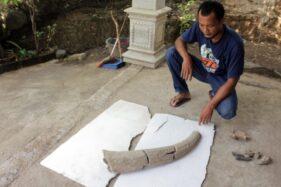 Warga Bantengan, Jatibatur, Gemolong, Sragen, menunjukkan fosil tanduk banteng purba di dukuh setempat, Minggu (8/12/2019). (Solopos/Tri Rahayu)