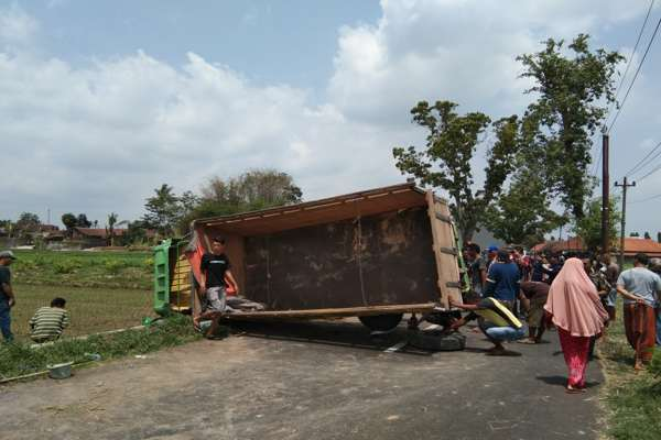 Hendak Menyalip, Truk Terguling di Jalan Klaten-Jatinom