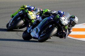 Maverick Vinales (depan) dan Valentino Rossi. (Reuters-Heino Kalis)
