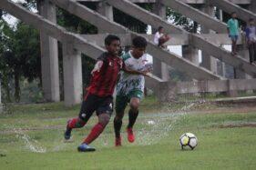 Bek kanan Persis Solo, Andre Eka (kiri) melawan pemain Puma FC pada laga uji coba di Lapangan Klumprit, Mojolaban, Sukoharjo, Sabtu (25/1/2020) sore. (Istimewa/Ofisial Persis Solo)
