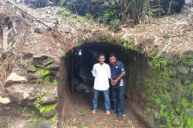Dua warga Cokro Kembang, Daleman, Tulung berada di mulut terowongan bekas Pabrik Gula (PG) Tjokro Toeloeng, pertengahan Januari lalu. (Solopos/Ponco Suseno)