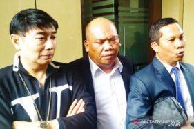 Desainer Adjie Notonegoro (kiri) didampingi kuasa hukumnya memberi keterangan kepada wartawan di sela pemeriksaan terkait kasus MeMiles di Mapolda Jatim, Surabaya, Rabu (22/1/2020). (Antara)