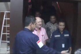 Ari Sigit (berbaju merah muda) saat tiba di Mapolda Jatim, Rabu (22/1/2020). (detik.com)