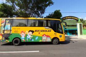 Bus Angkutan Sekolah Gratis (ASG) dari Pemkot Madiun menunggu para pelajar dari SMPN 1 Kota Madiun, Rabu (22/1/2020). (Abdul Jalil/Madiunpos.com)