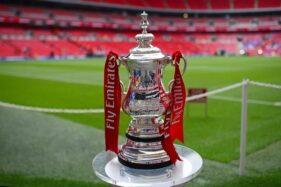 Trofi Piala FA. (Reuters-Dylan Martinez)