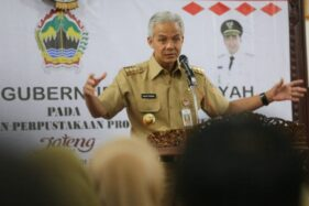 Gubernur Jawa Tengah Ganjar Pranowo memberikan arahan kepada jajaran Dinas Arsip dan Perpustakaan Jateng, Senin (13/1/2020). (Antara-Humas Pemprov Jateng)