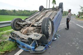 Mobil yang Ditumpangi Satu Keluarga Terbalik di Ring Road Madiun