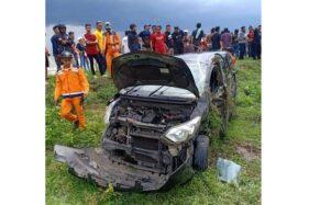 Mobil Daihatsu Sigra yang dinaiki delapan suporter Persis Solo ringsek setelah mengalami kecelakaan di jalur Tol Caruban-Madiun KM 619, Sabtu (11/1/2020) lalu. (istimewa)