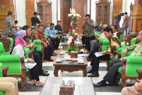 Staf Ahli Menteri Bidang Investasi Pertanian Kementerian Pertanian, Sumardjo Gatot Irianto, bertemu Bupati Madiun Ahmad Dawami membahas tentang pengembangan tanaman porang di Puspem Kabupaten Madiun, Selasa (21/1/2020). (Istimewa-Pemkab Madiun)