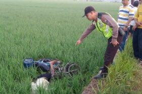 Petugas menunjukkan lokasi jasad kakek-kakek bernama Purman di areal persawahan di Desa Kutu Wetan, Kecamatan Jetis, Kabupaten Ponorogo, Selasa (21/1/2020). (Istimewa-Polres Ponorogo)