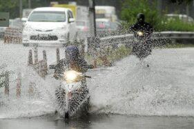 Ilustrasi berkendara menerjang banjir. (Youtube)