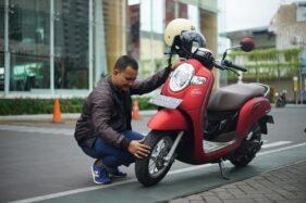 Ilustrasi mengecek ban sepeda motor (istimewa)