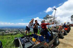 Wisatawan berswafoto saat menumpang jip wisata di Ngargoyoso, Karanganyar. (Solopos/Chelin Indra Sushmita)