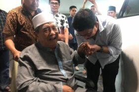 Bakal Cawali Surabaya Machfud Arifin mencium tangan Mustasyar Pengurus Besar Nahdlatul Ulama (PBNU) KH Zainuddin Djazuli saat bertamu di kediaman Machfud Arifin di Surabaya, Rabu (22/1/2019). (Antara)