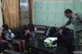 Pasangan muda-mudi yang terjaring razia Satpol PP Tulungagung, Rabu (15/1/2020). (detik.com)