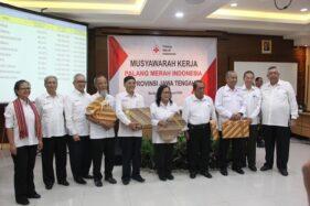 Pengurus PMI kabupaten/kota di Jateng menerima penghargaan kenaikan perolehan hasil Bulan Dana 2019 saat Musyawarah Kerja PMI Jateng 2020 di Bandungan, Kabupaten Semarang, Rabu (22/1/2020). (Semarangpos.com-Istimewa)