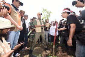 Gubernur Jateng, Ganjar Pranowo, bersama warga melakukan penanaman pohon di pegunungan Patiayam, Rabu (15/1/2020). (Semarangpos.com-Djarum Foundation)