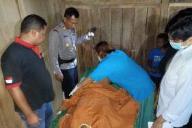 Petugas mengevakuasi jasad Suparno yang ditemukan di hutan Desa Ploso, Kecamatan Karangjati, Kabupaten Ngawi, Rabu (15/1/2020). (Istimewa-Polres Ngawi)