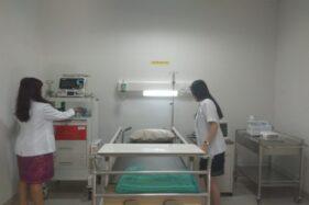 Dokter RS Indriati menata peralatan di ruang IGD rumah sakit setempat, Rabu (22/1/2020). (Solopos/Nadia Lutfiana Mawarni)