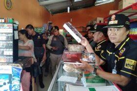 Satuan Polisi Pamong Praja (Satpol PP) Karanganyar dan Jateng serta petugas bea cukai menyidak beberapa toko kelontong di Karanganyar Rabu (15/1/2020). (istimewa)