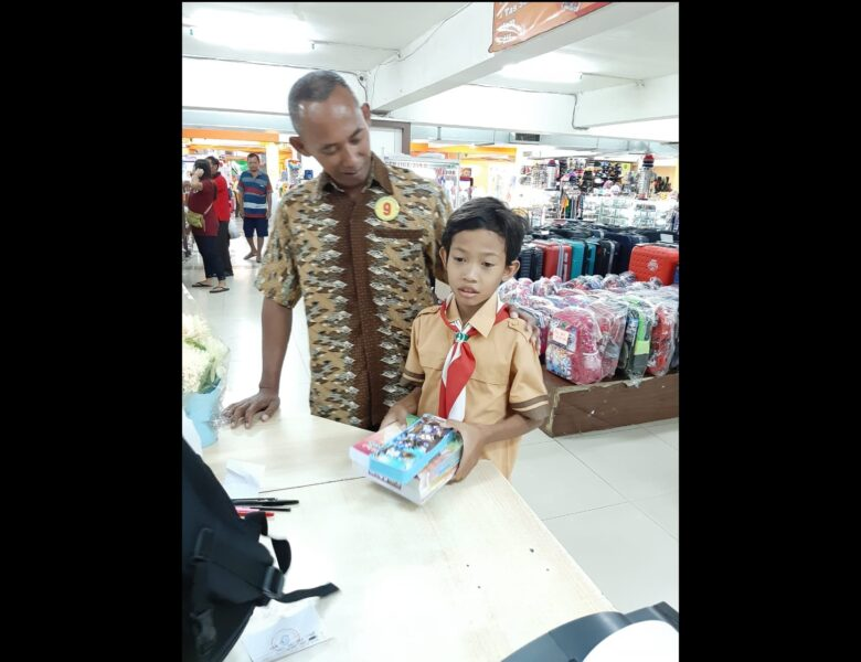 Rehan diantar gurunya, Anys Susilo Nugroho, belanja peralatan sekolah di Toserba Luwes Wonogiri, belum lama ini. (Istimewa)