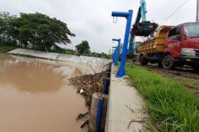 Sampah Kayu Tutup Pintu Air di Madiun, Jumlahnya Sampai 20 Truk Sekali Angkut