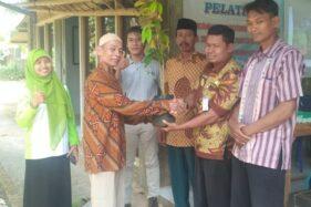 Pemerintah Desa Sewurejo, Mojogedang, Karanganyar, menyerahkan bibit durian. (istimewa)