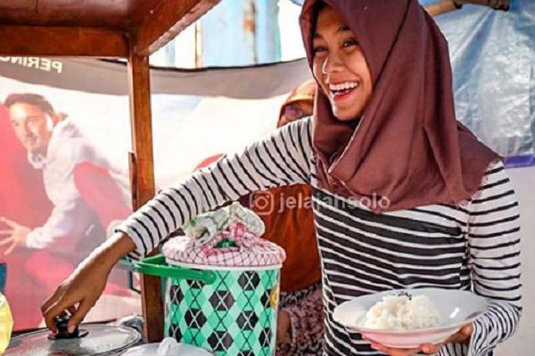 Si Cantik Lulusan S1 Penjual Nasi Sayur di Alkid Solo Diundang ke Hitam Putih