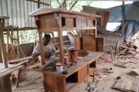 Pekerja merampungkan pembuatan gerobak angkringan di salah satu perajin mebel di Desa Banyuripan, Kecamatan Bayat, Klaten, beberapa waktu lalu. (Solopos-Taufiq Sidik Prakoso)