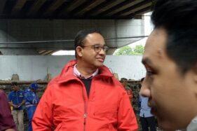 Gubernur DKI Jakarta Anies Baswedan saat meninjau tanggul di Latuharhari, Jakarta, Rabu (1/1/2020). (Antara/ Livia Kristianti)