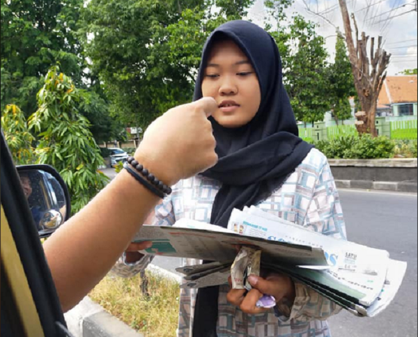 Kisah Anisa, Sejak SD hingga Remaja Jualan Koran di Perempatan Panggung Solo