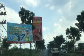 Baliho imbauan Awas Ambyar terpasang di jalan raya Solo-Sukoharjo, Jumat (24/1/2020). (Solopos/ Indah Septiyaning W.)