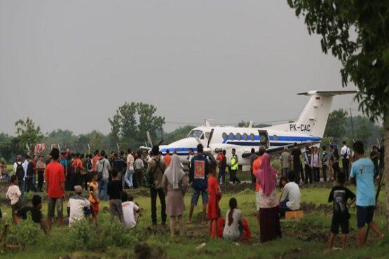 Warga terlihat antusias menyaksikan pendaratan pesawat King Air 200GT di Bandara Ngloram, Cepu, Kabupaten Blora, Jawa Tengah (Jateng), Sabtu (11/1/2020). (Semarangpos.com-Imam Yuda S.)