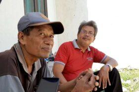 Bandono (kiri) bersama Kepala SDN Mijen Solo, Joko Santosa. (Solopos-Kurniawan)