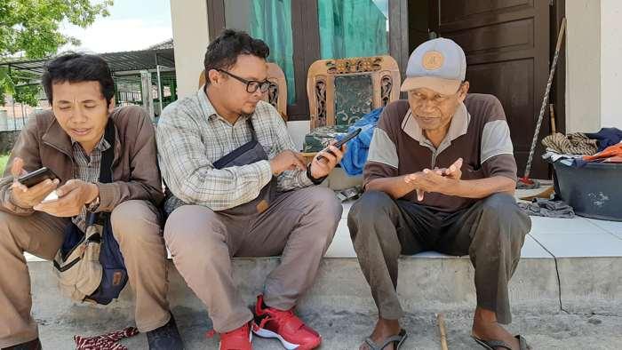 Bandono (kanan) berbincang dengan awak media di rumah dinasnya di Kompleks SDN Mijen, Jagalan, Solo, Rabu (22/1/2020) siang. (Solopos-Kurniawan)