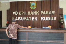 Suasana pelayanan di kantor Perusahaan Daerah Bank Perkreditan Rakyat (BPR) Bank Pasar Kudus, Jawa Tengah. (Antara-Akhmad Nazaruddin Lathif)