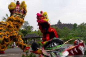 Tim kesenian Barongsai Batalyon Armed 11/Guntur Geni Magelang meramaikan sincia atau perayaan Tahun Baru 2571 Imlek di kawasan Taman Wisata Candi Borobudur, Kabupaten Magelang, Jawa Tengah, Sabtu (25/1/2020). (Antara-Heru Suyitno)