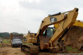 Alat berat yang didatangkan Pemkab Kudus untuk menutup lubang bekas tambang bahan galian golongan C di Desa Klumpit, Kecamatan Gebog, Kabupaten Kudus, Jawa Tengah, Kamis (23/1/2020). (Antara-Akhmad Nazaruddin Lathif)