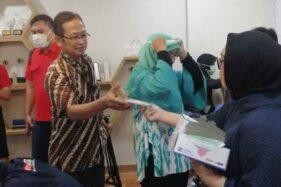 Karyawan BRI membagikan masker kepada wartawan yang hadir pada acara public expose laporan keuangan BRI 2019. Seorang warga China yang bekerja di Huawei Indonesia, Gedung BRI, diduga terkena virus Corona.  (Bisnis-Istimewa)