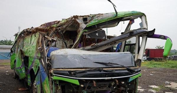 Bus wisata yang terguling di Ciater, Subang, Jawa Barat, Sabtu (18/1/2020). (Detik.com)