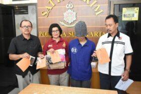 Tersangka pencabulan terhadap siswi SMP di Solo, KAP (dua dari kanan),ditahan di Mapolresta Solo, Kamis (23/1/2020). (Solopos/Kurniawan)