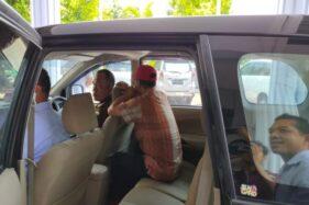 Mantan Camat Karangtengah yang menjadi tersangka kasus video mesum, Sunarto (bertopi merah), duduk di mobil sebelum dibawa ke Rutan Wonogiri, Selasa (21/1/2020). (Solopos/Rudi Hartono)