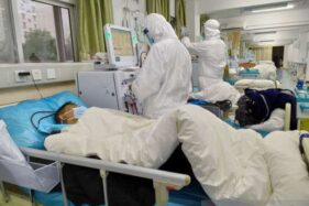 Staf medis merawat pasien yang terjangkit virus Corona, di Central Hospital di Wuhan, China, Sabtu (25/1/2020) menurut foto yang diunggah di media sosial. (Antara/Reuters)